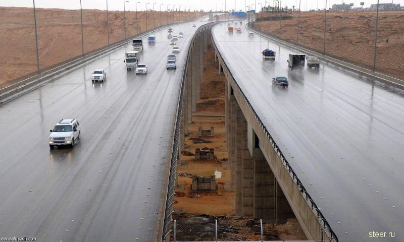 Проливные дожди затопили участки кольцевой автодороге в Эр-Рияде