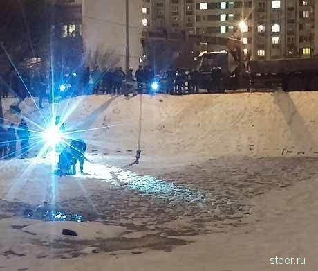 Двое мужчин в Зеленограде на спор утопили Приору в пруду