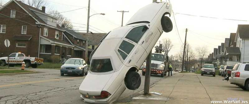 Мамаша отвлеклась от дороги на секунду и забралась в машине на столб