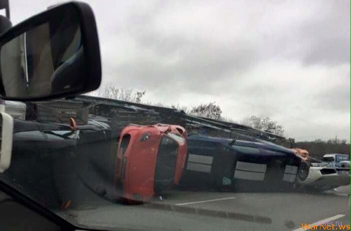 Автовоз с суперкарами перевернулся во Франции