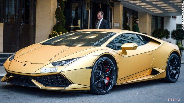 Молодой житель Саудовской Аравии ездит по Лондону на четырех золотых машинах