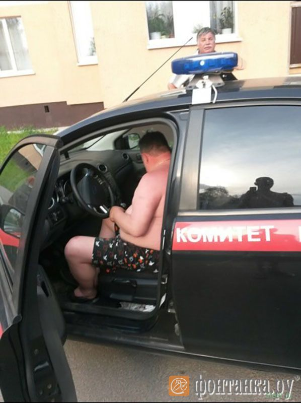 Мужчина, катавшийся в трусах на служебной машине, оказался водителем следкома