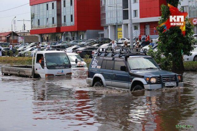 В Красноярске обычный водитель несколько часов вытаскивал заглохшие в воде автомобили
