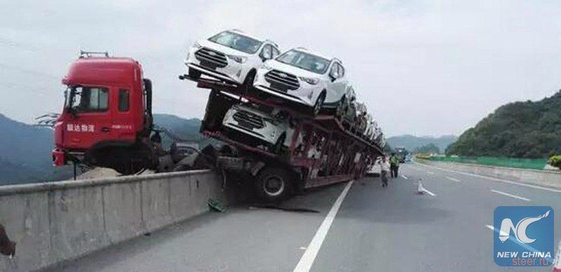 В Китае автовоз после ДТП завис над 150-метровым обрывом