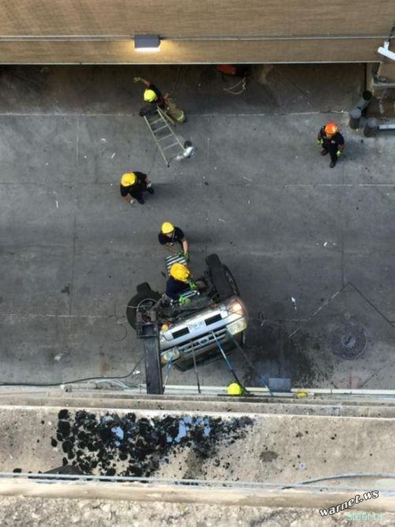 Свалившийся с 9 этажа парковки автомобиль зацепился за провода