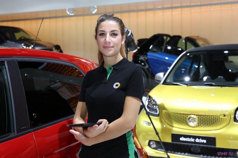 Девушки автосалона в Париже 2016