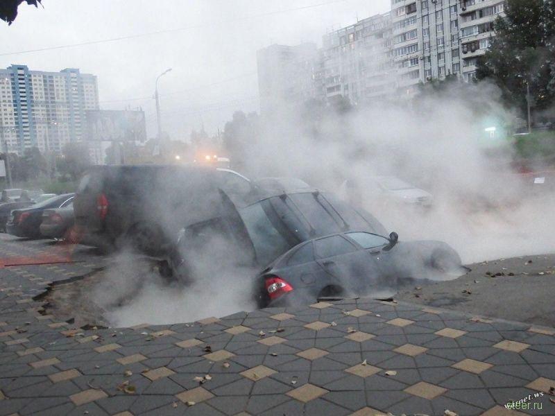 В Самаре автомобили провалились под землю