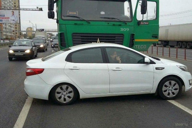 Череповецкий дальнобойщик прославился в Москве, протаранив фурой автомобиль автохама