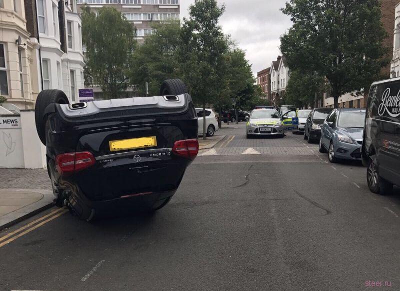 Полиция Лондона разгадывает тайну перевернутого «Мерседеса»