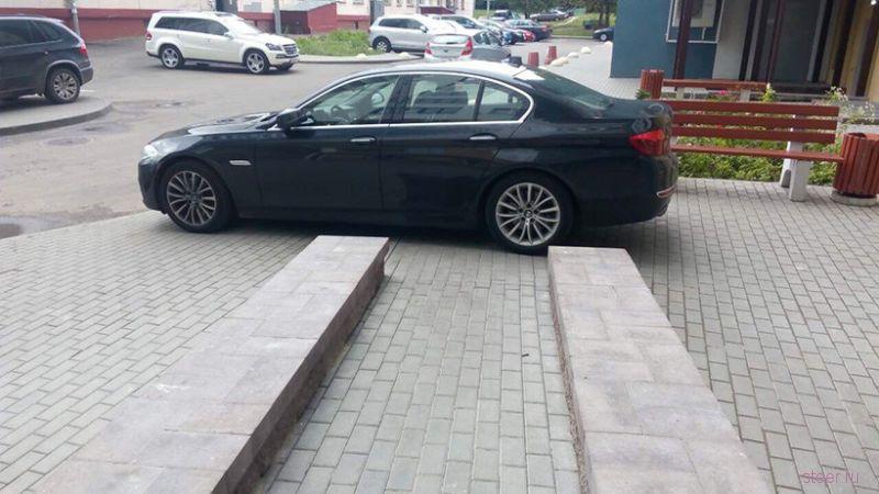 Во дворе заблокировали BMW, заехавший на тротуар к подъезду.