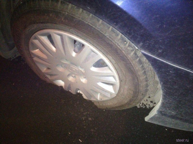 В Екатеринбурге дорогу заасфальтировали вместе с припаркованным автомобилем
