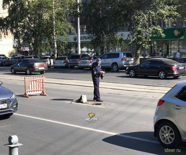 Взлетевшая из-под КАМАЗа крышка люка пробила «Жигули»