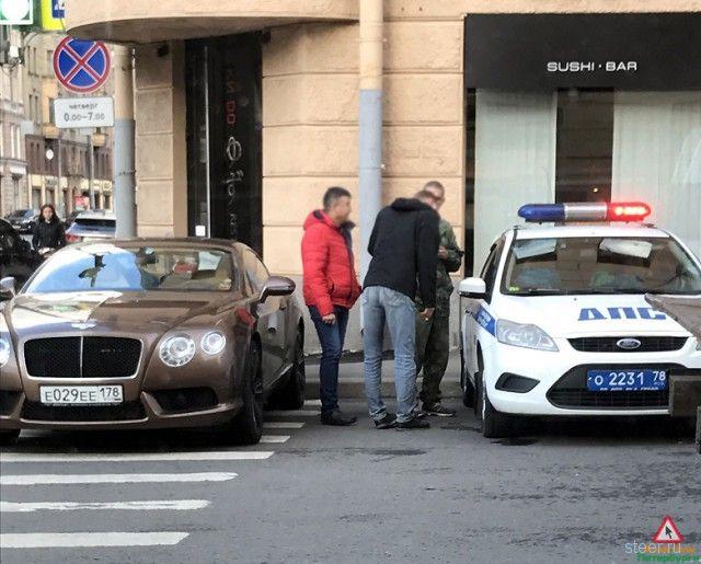 Петербурженка припарковала Bentley на переходе и не осталась без наказания
