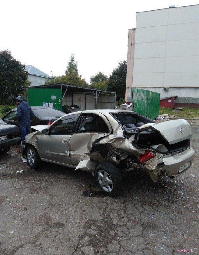 В Можайске пьяный водитель устроил массовую авария во дворе многоэтажного дома.