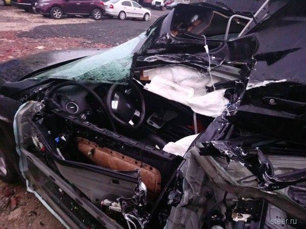 Легковушка на большой скорости врезалась в припаркованную фуру