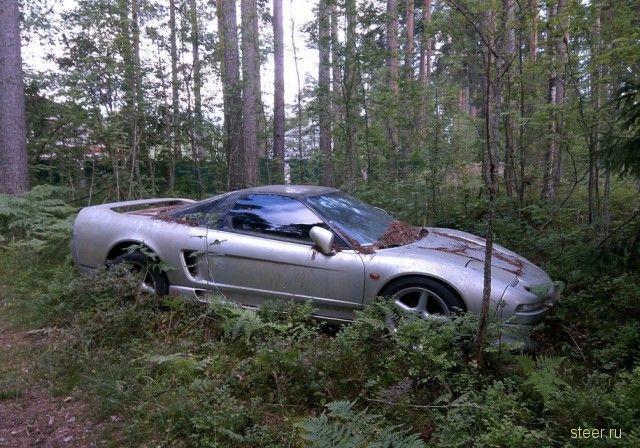 В питерском лесу нашли брошенную Honda NSX