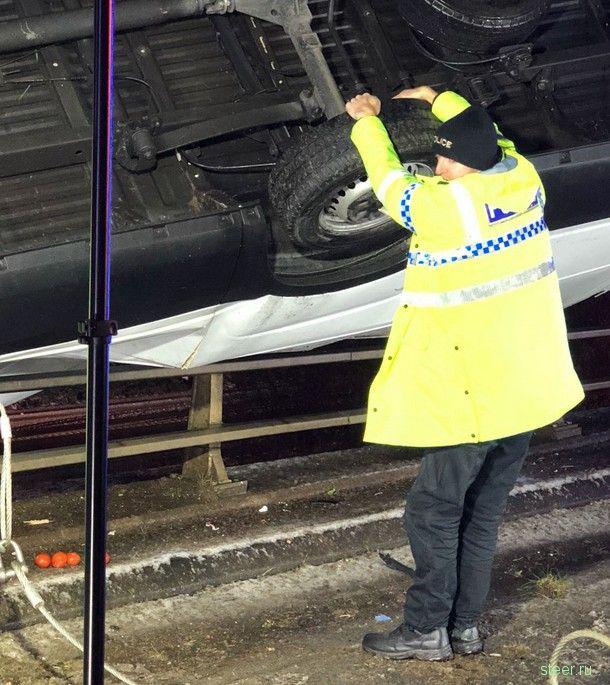 Полицейский удерживал руками падающий с моста фургон