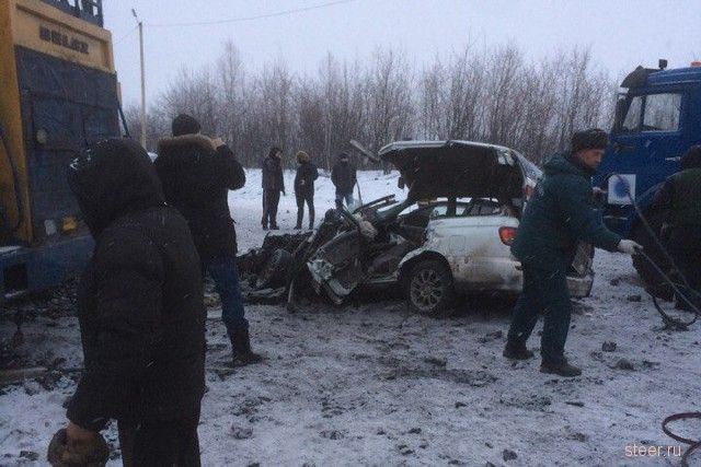 В Новокузнецке Nissan занесло на «встречку», где ехал БЕЛАЗ