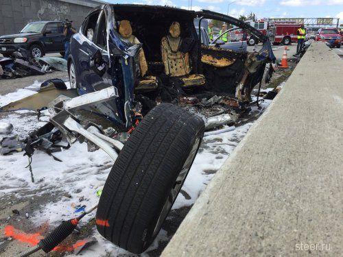 В США Tesla влетела в отбойник, после чего её разорвало на части