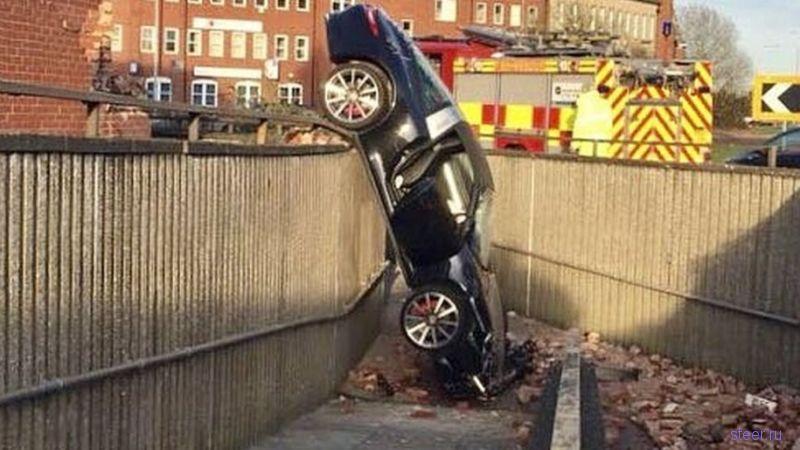 73-летний британец провалился на своем Porsche 911 в подземный переход