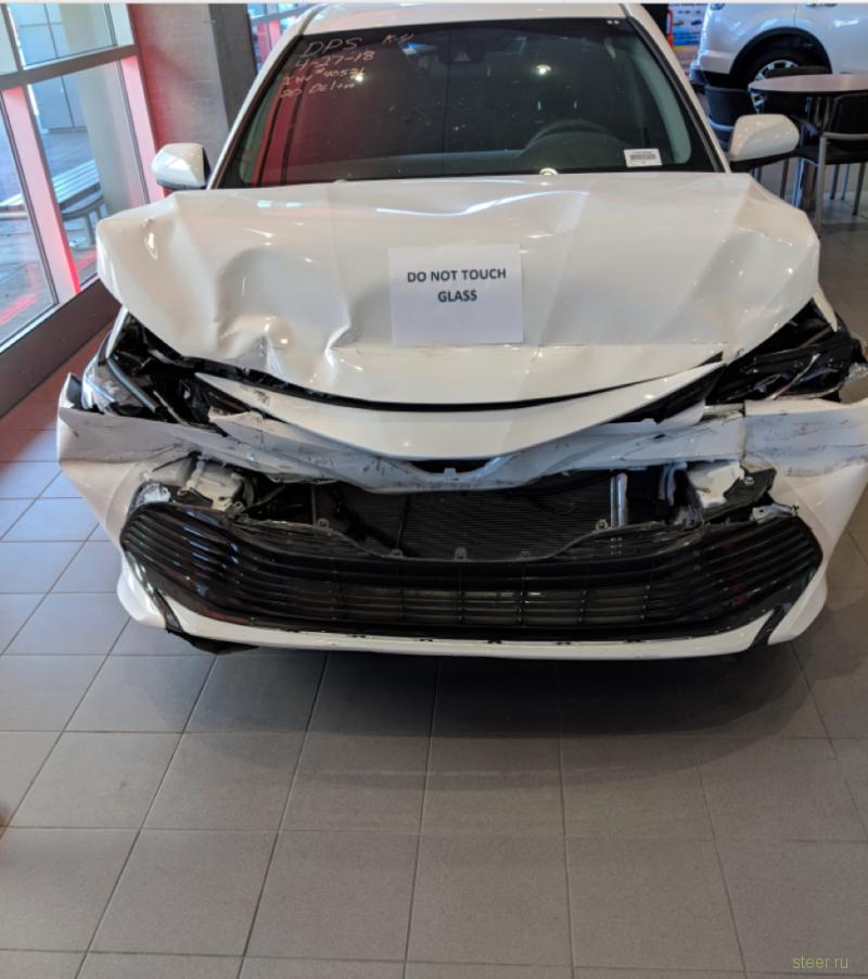 Дилерский центр Toyota выставил в шоу-руме уничтоженную Camry