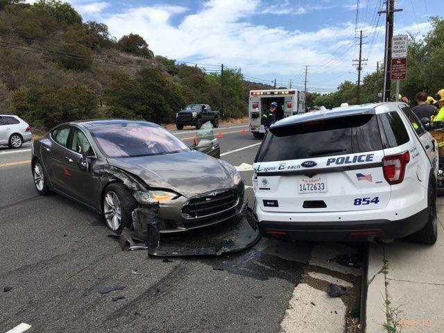 Tesla на автопилоте врезалась в полицейский внедорожник