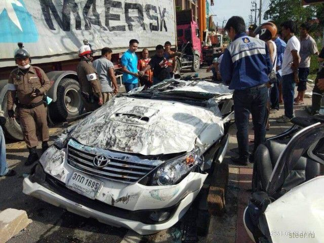 Водитель внедорожника чудом выжил, оказавшись под 25-и тонным грузовиком