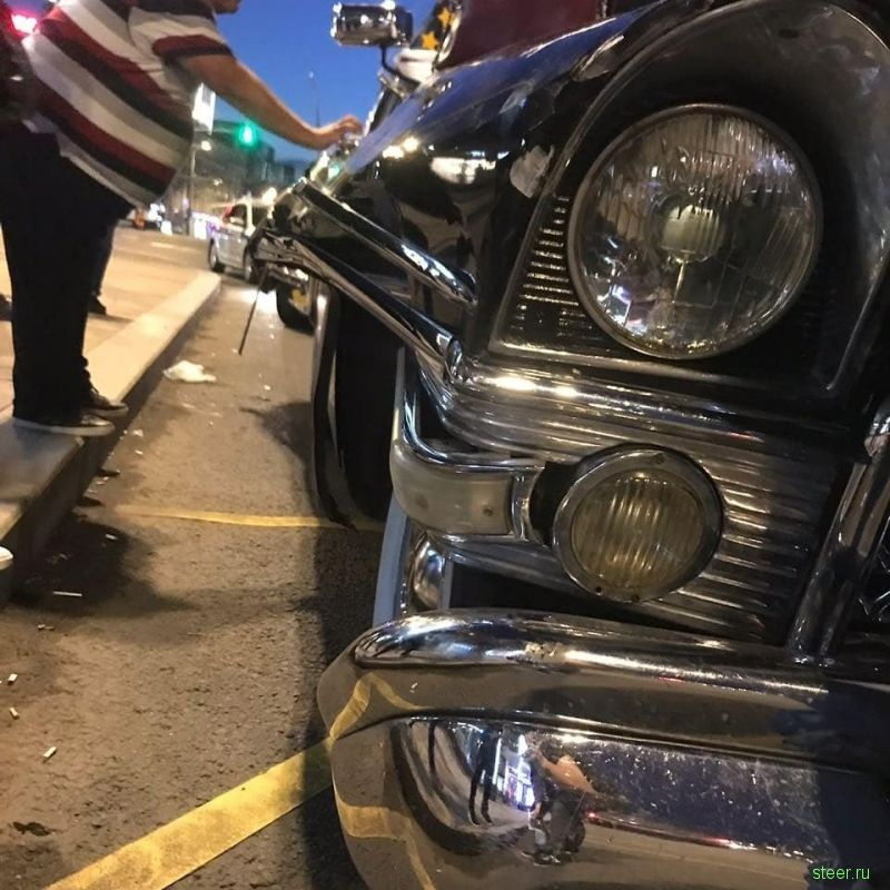 В Москве автомобиль-такси отправил раритетную «Чайку» в утиль