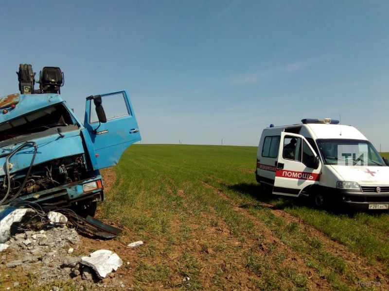 В Татарстане: КАМАЗ в чистом поле снес опору ЛЭП