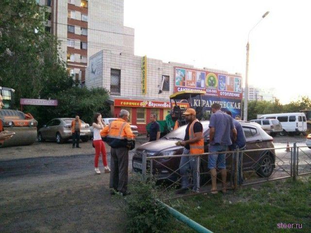 В Омске дорожники залили горячим битумом десяток автомобилей