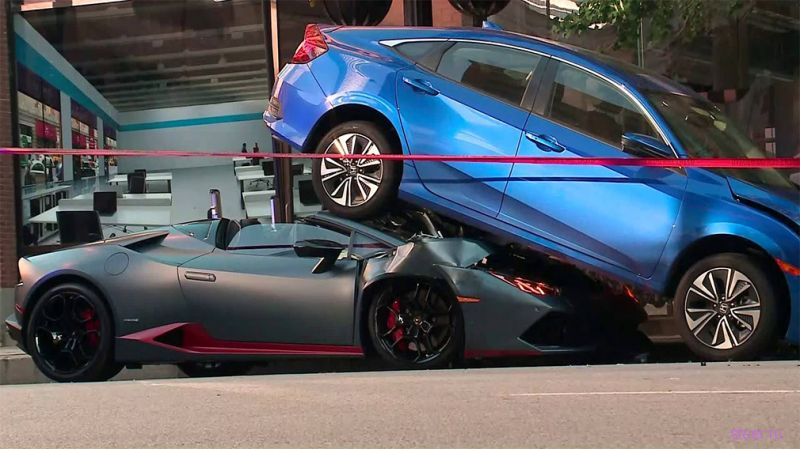 Lamborghini Huracan Spyder заехал под Honda Civic