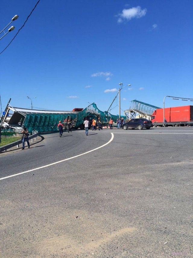 На Ярославском шоссе грузовик снес пешеходный мост