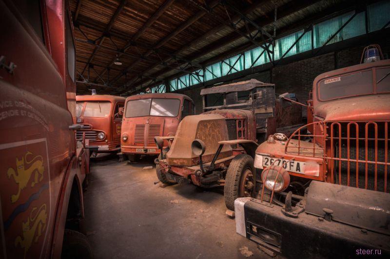Заброшенный ангар с пожарными автомобилями на севере Франции