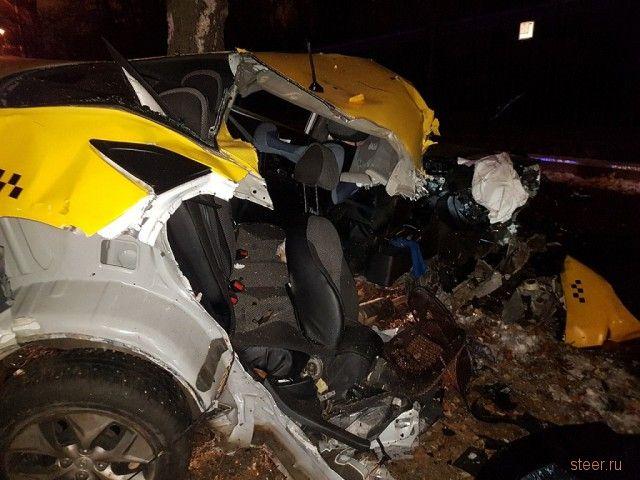 В Москве лихач разогнал такси до 130 км/ч, не справился с управлением, водителя остановил лишь столб