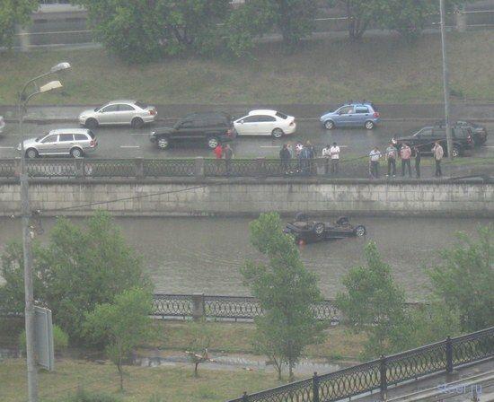 Автомобиль упал в воду у Лефортовского моста (фото)