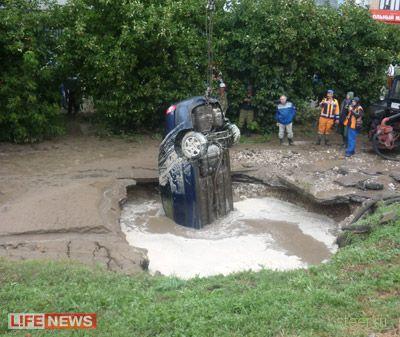 В центре Самары автомобиль провалился под асфальт (фото и видео)
