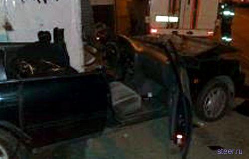 В Москве пьяный водитель Toyota снес остановку (фото)