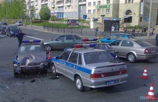 Столкновение автомобилей милиции: Кто виноватым будет? (фото)