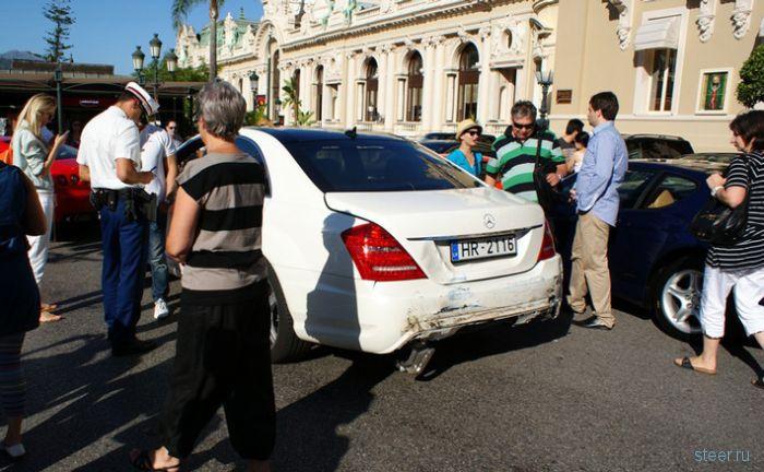ДТП с монакском стиле : девушка в голубом Bentley врезалась в Aston Martin, а затем в Mercedes, Ferrari и Porsche (фото)