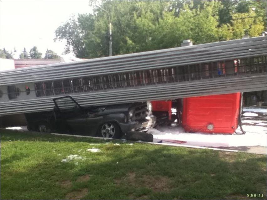 Пожарная машина завалилась на УАЗик (фото)