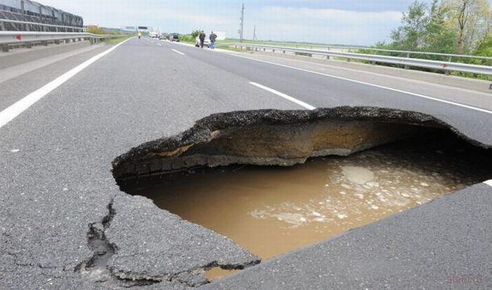 Огромная дыра в асфальте привела к авариям (фото)