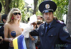 Топлес-протест в поддержку Общества синих ведерок (фото)