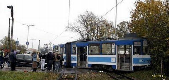 Volkswagen vs трамвай (фото)