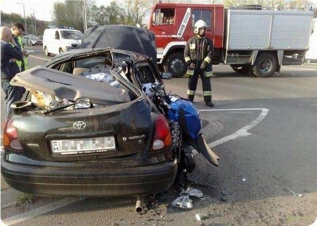 Жесткие последствия столкновение автомобиля и мотоцикла.