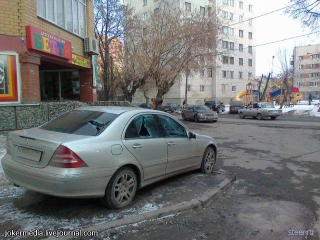 Чем грозит парковка на тротуаре (фото)