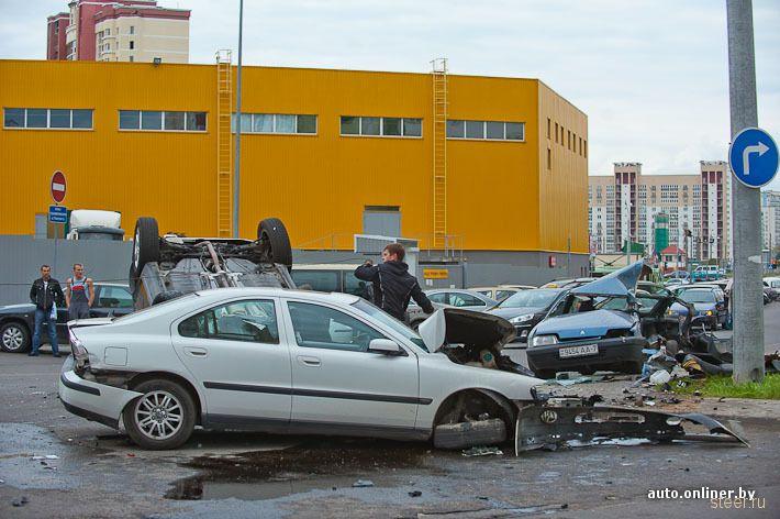 Минск: пьяный парень на мамином внедорожнике превратил три припаркованные машины в груду металла