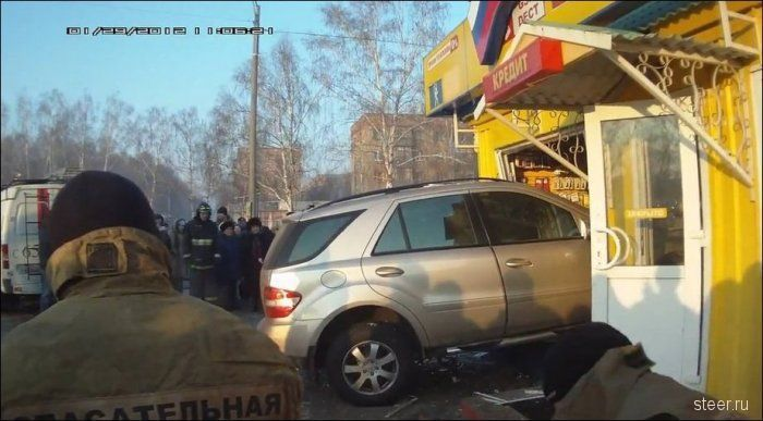 В городе Салават Mercedes ML протаранил салон связи (фото)