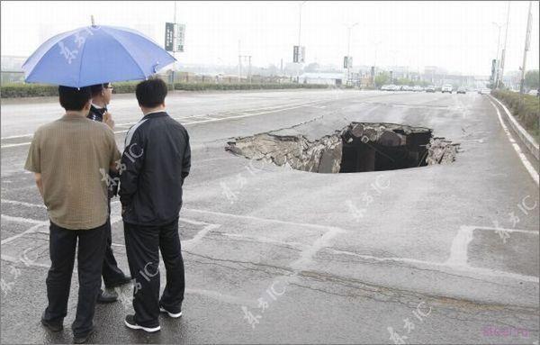 В Китае под грузовиком провалился мост (фото)
