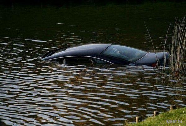 Девушка утопила свой Audi A6 в фонтане (фото)
